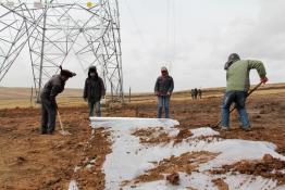 玉树联网工程人员投入巴颜喀拉山植被恢复工作