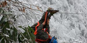雪地里的电力维修
