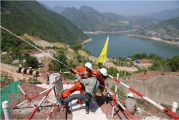 500千伏盘龙一回200号长江大跨越抢修开始组立新塔