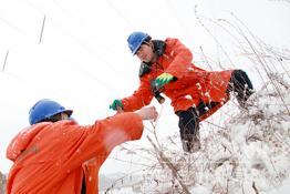 威海供电:冒雪巡线
