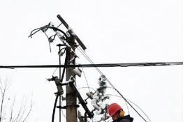 固始供电:抗暴雪抢修电力