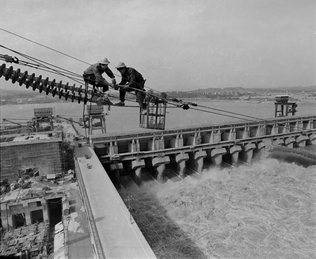△ 1983年,葛洲坝集团电力公司工人正在架设高压输电线路