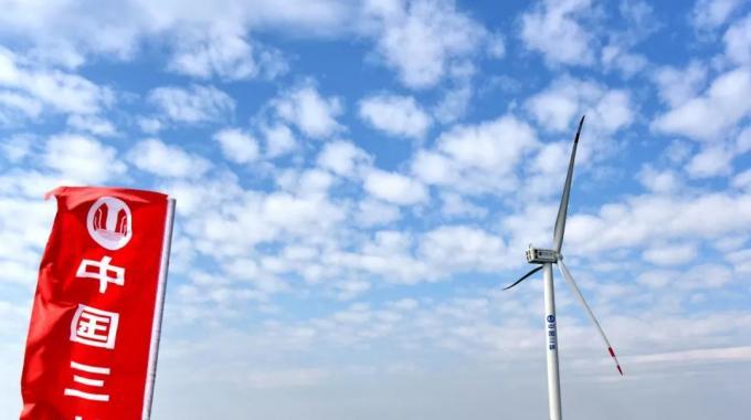 最明显的趋势,是风力机的进一步大型化。现今叶片制造技术以及传动系统性能的持续改善,使得风力机可以使用更大型的叶片,相应地提高了单机容量。目前主流海上风力机的单机容量已经达到6兆瓦,风轮直径达150米。运用更大型的机组,能够通 过提高可靠性以及在同功率情况下缩减基础制造与吊装成本,来获得更好的经济性。预计到本世纪20年代,单机容量为10兆瓦的海上风力机将会投入商业化应用,而到30年代,单机容量为15兆瓦的机组将能够面市。