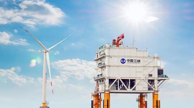 目前,即使是建设中的距岸45千米的江苏大丰海上风电场,仍然计划使用连接简单、成本较低的高压交流电向陆上供电。但随着大规模深远海风电的开发,交流输电便会受到输送距离的限制,直流输电将成为海上风电远距离送出的发展方向,特别是可自动调整电压、频率、功率的柔性高压直流(VSC-HVDC)将具备经济优势。